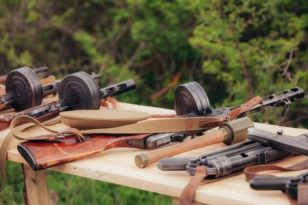 Пистолет шпугина лежит на столе во время реконструкции второй мировой войны в мае. фото высокого качества