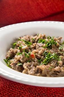 흰 접시에 갈가리 찢긴 쇠고기 갈비
