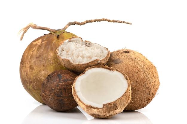 Измельченный кокос, весь кокос, изолированные на белом.