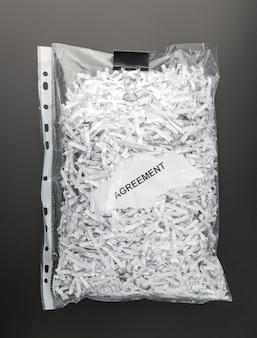 파일 안에 파쇄 된 계약서