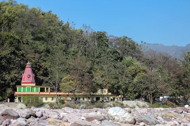 インドのリシケシウッタラーカンド州近くのガンジス川岸にあるシュリヴァシシュタ洞窟