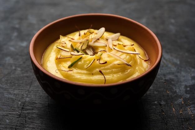 Shrikhand or srikhandは、ギリシャヨーグルトで作られたインドのデザートで、ドライフルーツとサフランが添えられています。