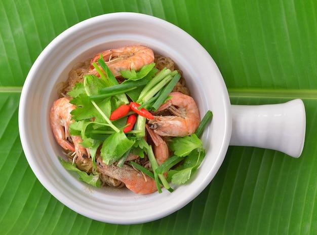 Креветки и вермишель запекают с острым соусом. тайская еда
