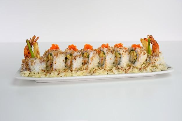 Тамаго с креветками и крошкой, рулет из суши с огурцами и соусом терияки
