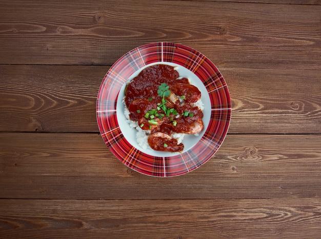 シュリンプクレオール-ルイジアナクレオール起源の料理。トマト、セロリ、ピーマンの混合物で調理されたエビ、スパイスを効かせて煮た白米を提供
