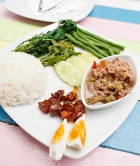 Набор соуса из креветочной пасты и чили, местная тайская кухня