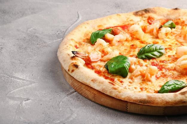 Пицца с креветками крупным планом. греческая пицца с морепродуктами.