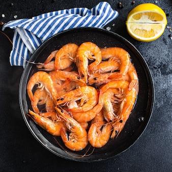 새우 새우 해산물 요리를 먹을 준비가 플레이트 스낵에 제공