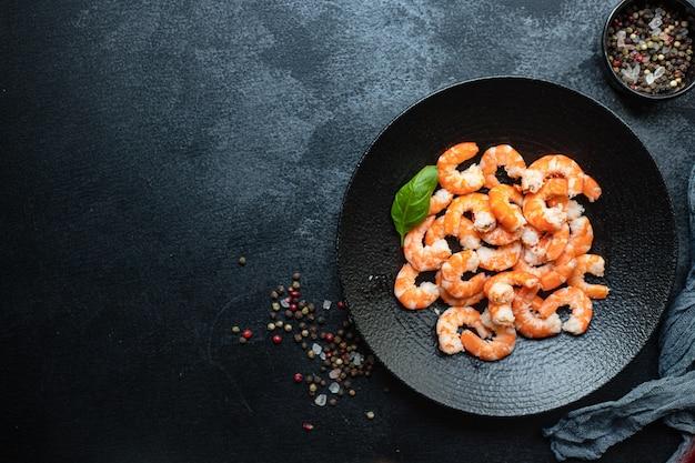 茹でたまたは揚げたシーフードダイエットのペセタリアンを食べる準備ができているエビ