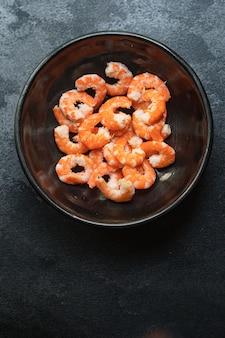 殻なしのエビの茹でたまたは揚げたシーフードを食べる準備ができているエビ