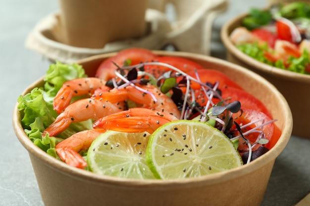 さまざまな食材を使ったエビのサラダ、クローズアップ