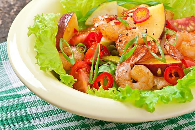 桃、トマト、アボカド、レタスのエビのサラダ