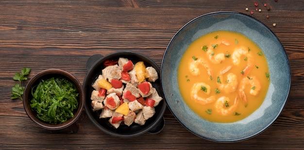 Zuppa di gamberetti e disposizione di pollo