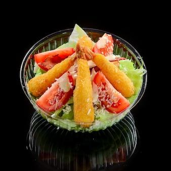 Креветки темпура и салат из свежих овощей крупным планом. в одноразовой посуде