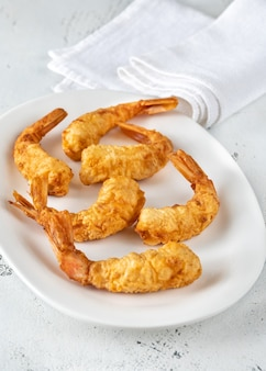 サービングディッシュのエビの天ぷらをクローズアップ