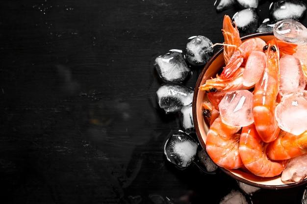 그릇에 얼음 새우. 블랙 보드에.