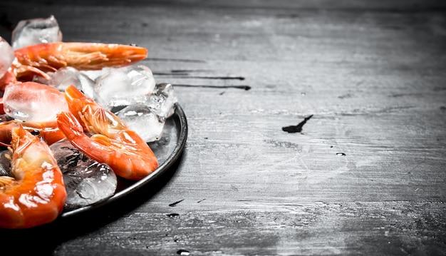 접시에 얼음 새우.