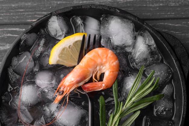 Shrimp with lemon on ice