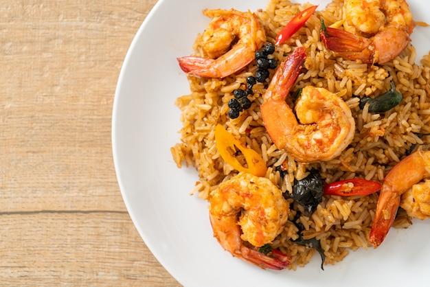 エビチャーハンとハーブとスパイス-アジア料理スタイル