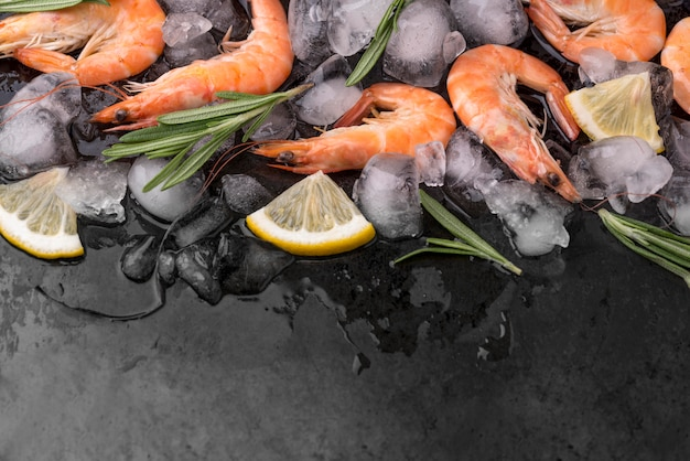 Shrimps on ice with lemon and herbs