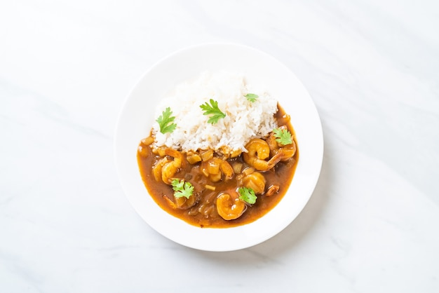 Креветки в соусе карри на покрытом рисом