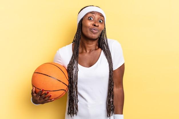 肩をすくめる、混乱して不確かな感じ、腕を組んで困惑した表情で疑う。バスケットコンセプト