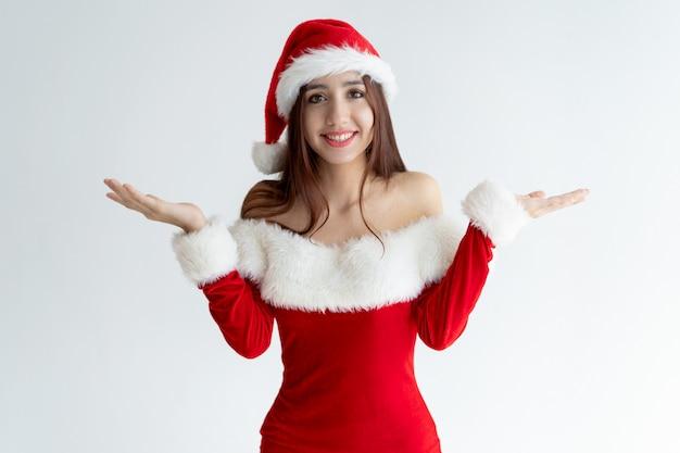 サンタのドレスshrugging肩の笑顔の女の子の肖像