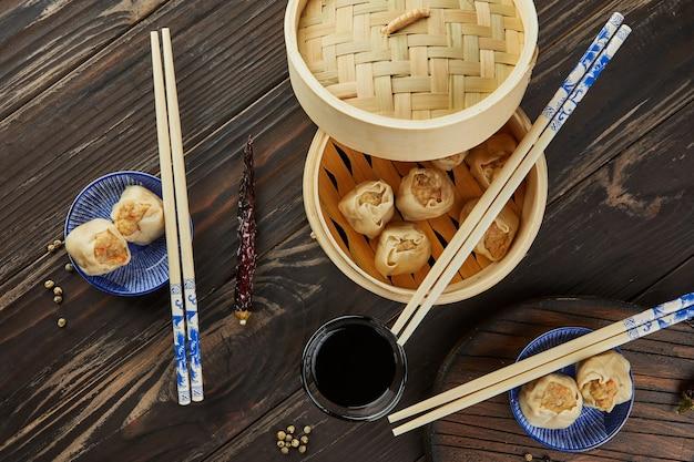 シュウマイ シャオマイ せいろ蒸し中華です。箸と点心。 Premium写真
