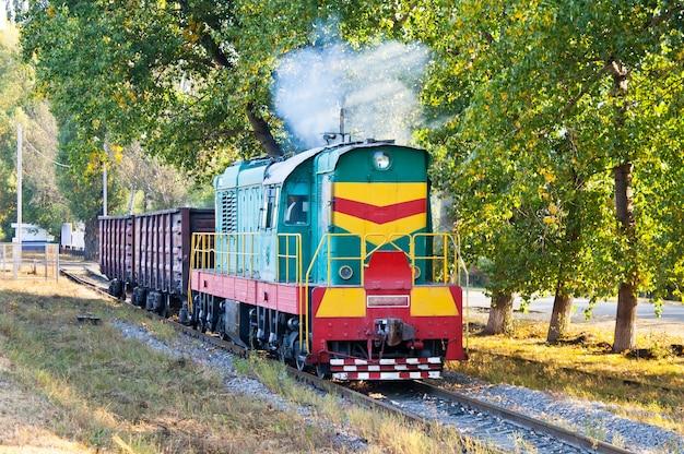 2つのゴンドラを運ぶシャンター機関車クレメンチュグ、ウクライナ