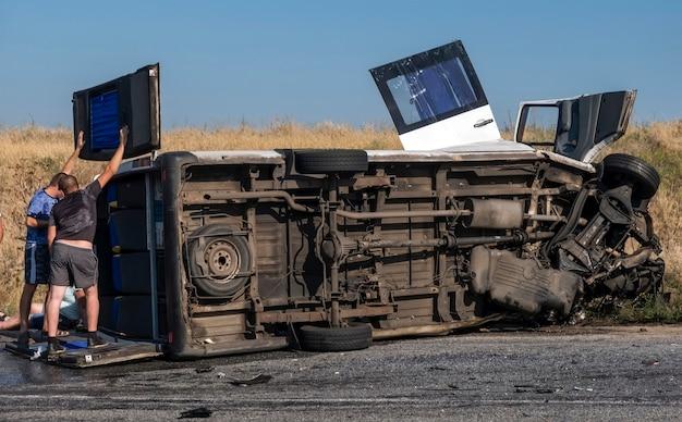 차량과 충돌 후 셔틀 버스가 뒤집혔다. 사람들은 사고로 고통 받았습니다. 도로에서 위험한 상황.
