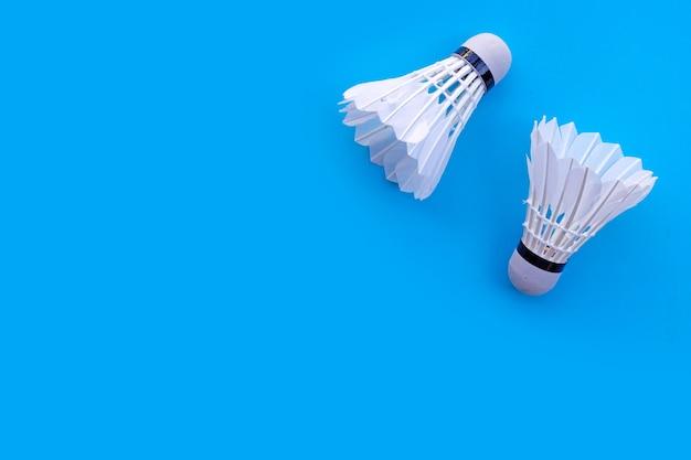 파란색 벽에 셔틀 콕 또는 배드민턴 공.