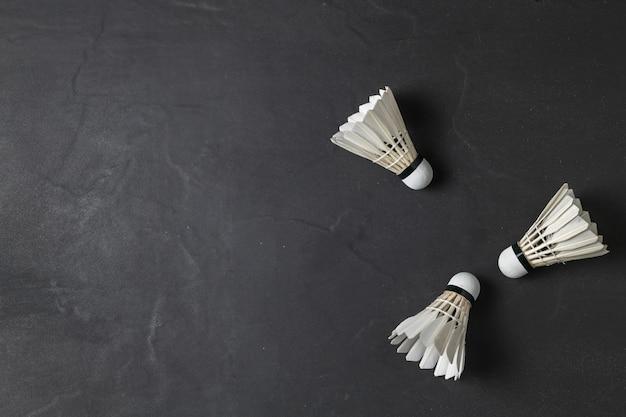 셔틀 콕 및 검은 배경 스포츠 개념, 개념 우승자, 텍스트 복사 공간 이미지