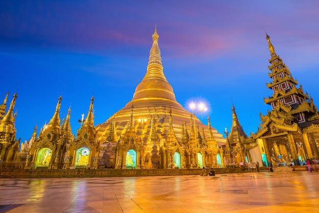 日没時のミャンマー、ヤンゴンのシュエダゴンパゴダ