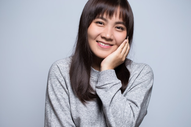 恥ずかしがり屋のアジアの女性の肖像画