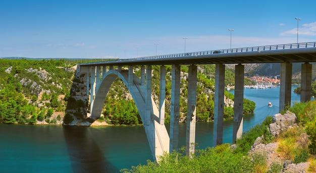 크 르카 강 협곡을 가로 지르는 sibenik 다리. scradin 마을, 북쪽 달마 티아, 크로아티아쪽으로 파노라마보기. 해안선의 절벽.