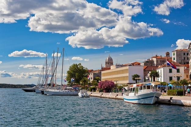 シベニクは、クロアチアのアドリア海沿岸にある歴史的な町と港です。