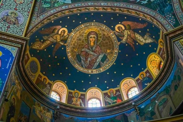 Сибиу, трансильвания / румыния - 16 сентября: внутренний вид собора святой троицы в сибиу, трансильвания, румыния, 16 сентября 2018 г.