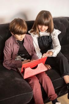 Братья и сестры дома с помощью планшета