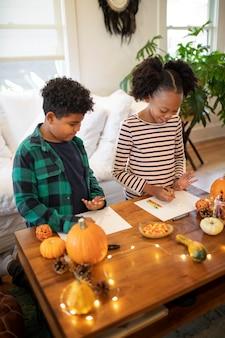 感謝祭のディナーの前に一緒に描く兄弟