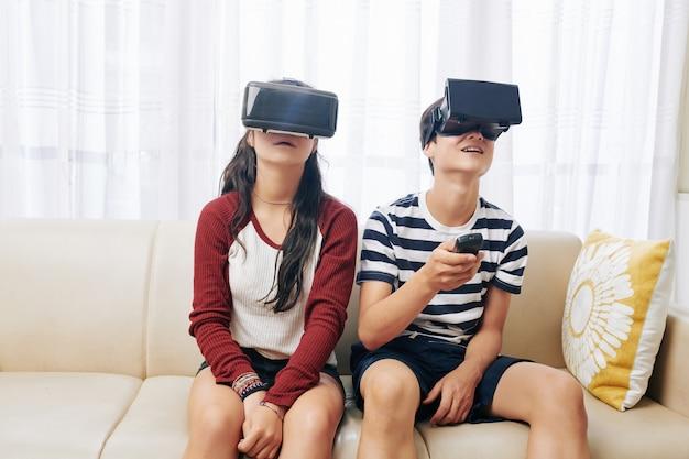 Братья и сестры изучают виртуальную реальность
