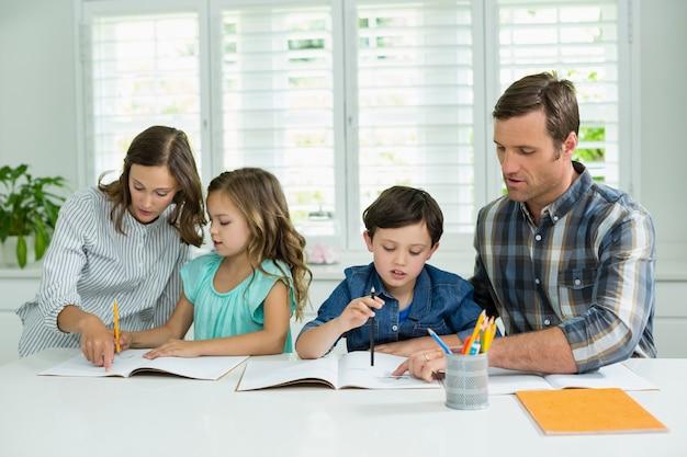 兄弟姉妹が両親から宿題を手伝う