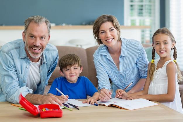부모로부터 숙제 도움을받는 형제 자매
