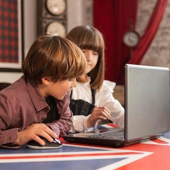 Fratelli germani a casa utilizzando laptop