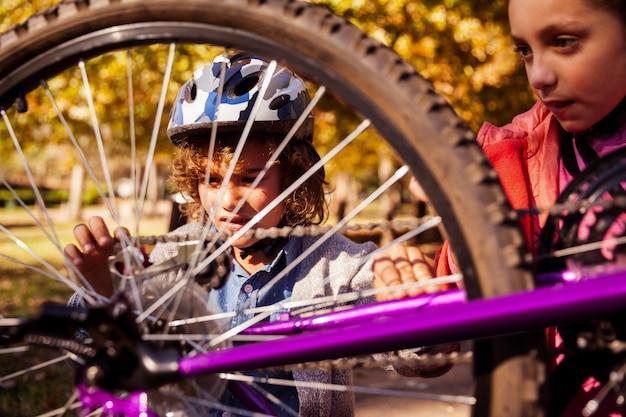 Братья и сестры ремонтируют горный велосипед