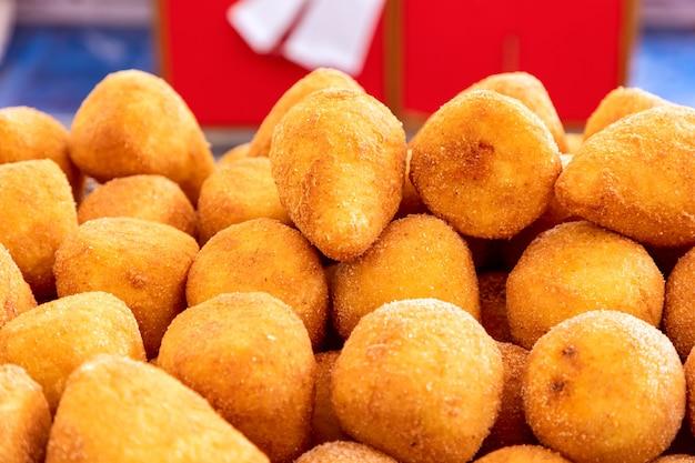 시칠리아 란치니 이탈리아 주먹밥 이탈리아의 전통 거리 음식