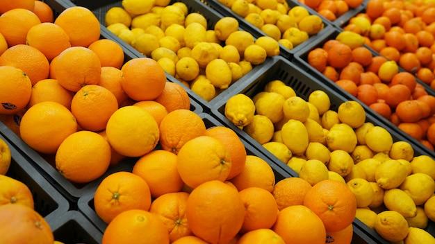 Сицилийские апельсины и лимон, свежие цитрусовые на рынке