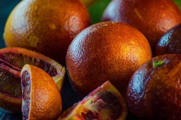 Сицилийские апельсины крупным планом на черном фоне