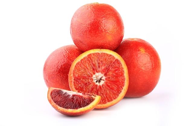 Сицилийский красный апельсин, изолированные на белом фоне