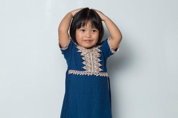 Больная азиатская маленькая девочка с головной болью и проблемами, изолированными на белом фоне