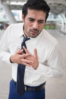 Больной азиатский мужчина страдает от сердечного приступа, досуга